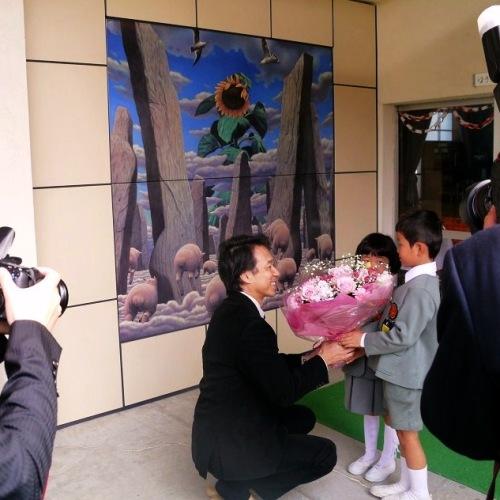 「除幕式の様子 その3 園児たちからの花束贈呈」